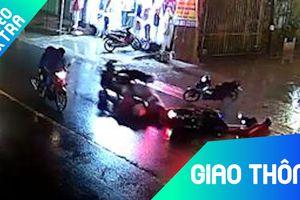 Xe máy tông liên hoàn khi người khác đang giúp buộc hàng trên đường