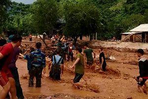 Xúc động cảnh bộ đội biên phòng Thanh Hóa vượt lũ cứu người dân