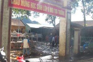 Nghệ An: Dốc sức dọn sạch bùn đất tại trường học trước khai giảng