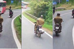 Đùa với tử thần, nam thanh niên chạy xe máy thả 2 tay đổ đèo Prenn