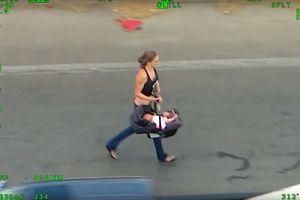Thót tim cảnh một phụ nữ xách theo nôi trẻ con đua xe trốn cảnh sát
