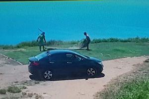 Camera ghi cảnh 2 người lấy thảm cỏ nhân tạo của CLB dù lượn Đà Nẵng