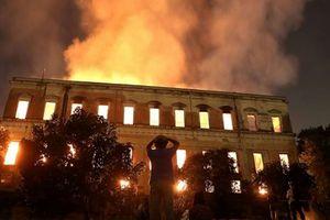 Bảo tàng quốc gia Brazil 200 năm tuổi bị cháy rụi trong biển lửa