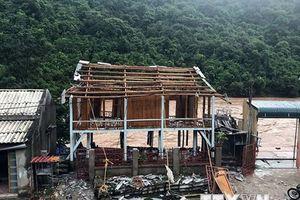 Lo sợ sạt lở, người dân tháo dỡ nhà chuyển đến nơi an toàn
