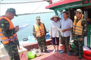 Bắt giữ tàu kích điện đánh bắt thủy sản trên vùng biển Trà Cổ