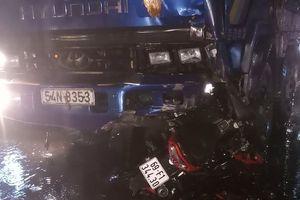 Xe máy tông trực diện xe tải trong mưa lớn, một người tử vong