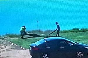 Đà Nẵng: Truy tìm 2 người đi ô tô trộm cỏ nhân tạo