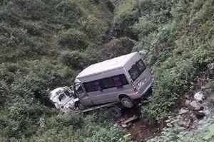 Xe cứu hộ 'cõng' xe 16 chỗ lao xuống vực, hai người thiệt mạng