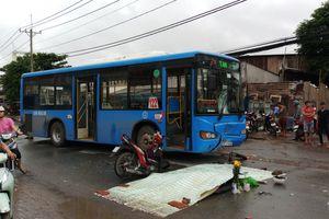 TP HCM: Xe máy lao vào xe buýt, hai nam phụ hồ thương vong