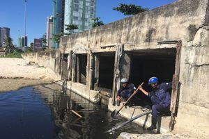 Đà Nẵng: Cống xả quá tải, nước thải hôi thối lại tràn ra biển