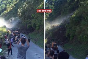 Clip Sơn La sạt lở núi: Người hốt hoảng bỏ chạy, kẻ thản nhiên... rút điện thoại ra quay