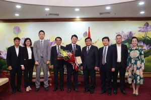 Bộ trưởng Nguyễn Chí Dũng trao tặng Kỷ niệm chương cho Phó Đại sứ Katsuro Nagai