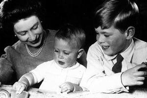Lần đầu tiên tiết lộ phận làm mẹ của Nữ hoàng Anh Elizabeth II