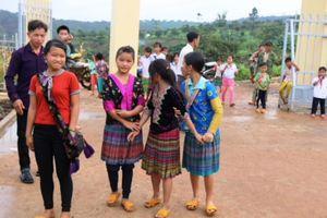 Học sinh xã nghèo lần đầu được dự khai giảng ở ngôi trường đẹp