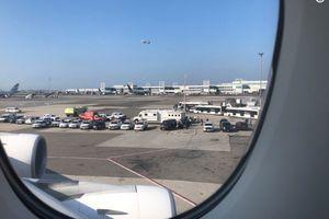 Mỹ: Máy bay bị cách ly vì 100 hành khách ngã bệnh