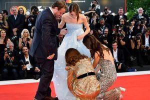 Natalie Portman cúi người, chỉnh váy cho sao nữ 16 tuổi trên thảm đỏ