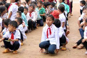 Nỗ lực vượt bậc, thầy cô lặn lội vào thôn bản dắt học sinh đến trường khai giảng