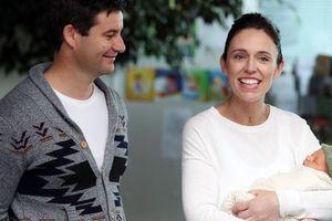 Thủ tướng New Zealand bị chỉ trích chuyến bay 'khó đỡ' để chăm con