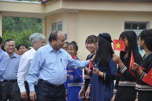 Thủ tướng Nguyễn Xuân Phúc dự lễ khai giảng cùng thầy trò huyện Tu Mơ Rông