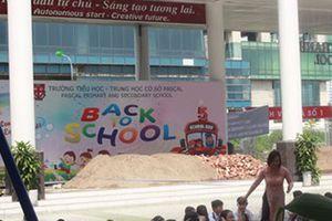 Trường học tại Hà Nội bị đổ đầy gạch cát, cản trở khai giảng