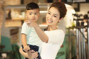 Jennifer Phạm đẹp rạng ngời cùng con trai đi quay quảng cáo