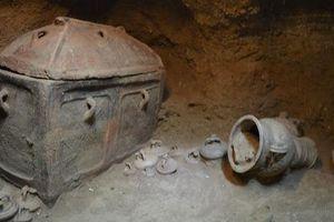 Sụt xuống hố sâu, người nông dân bất ngờ phát hiện cổ mộ 3.400 tuổi