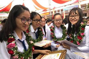 Cần Thơ: Chủ tịch thành phố trao quà dịp khai giảng năm học mới