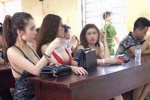 Thực hư ảnh ba chân dài mặc váy hở ngực đến lớp ngày khai giảng?