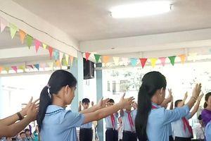 Clip: Xúc động tiết mục Quốc ca trong ngày khai trường của các em học sinh khuyết tật