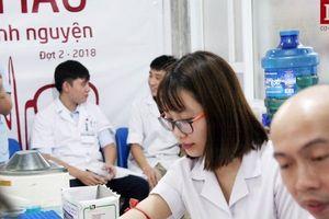 Thiếu nhóm máu O trầm trọng, hàng trăm y bác sĩ vội vã đổi ca trực đi hiến máu