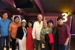 Được về nhà điều dưỡng, nghệ sĩ Lê Bình chống gậy đi xem phim cùng đồng nghiệp