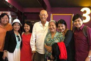 Nghệ sĩ Lê Bình chống gậy, vui vẻ đi xem phim cùng đồng nghiệp dù đang điều trị ung thư
