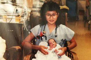 Cuộc đoàn tụ sau gần 30 năm của em bé sinh non và nữ y tá