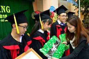 Trao quà, học bổng cho học sinh nhân ngày khai trường