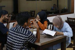 Chuyện ở Indonesia: nam nữ chưa kết hôn không được ăn chung bàn