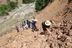 Đường 35km bị lũ xóa sổ, giáo viên biên giới vượt 100km để tới trường