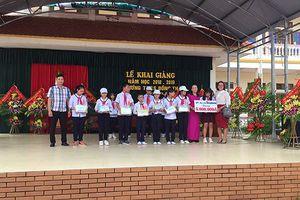 Nhà sách Tiền Phong Hải Phòng tặng quà học sinh nghèo vượt khó