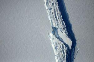 Tảng băng trôi khổng lồ ở Nam Cực đang xoay tròn