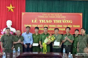 Trao thưởng ban công an xã Nghi Đức (TP Vinh) bắt giữ 2 đối tượng truy nã