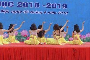 Diện trang phục phản cảm, màn trình diễn văn nghệ của teen Hà Nội trong lễ khai giảng gây xôn xao