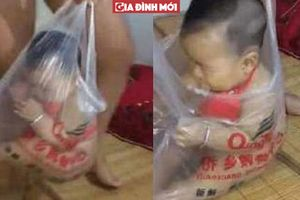 Em bé vô cùng sung sướng vì bố mẹ cho vào túi nilon, đằng sau là câu chuyện nhói lòng