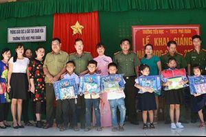 Mang yêu thương đến với trẻ em vùng lũ Quan Hóa ngày khai trường