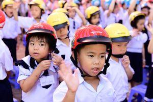 Gần 2 triệu học sinh lớp 1 được tặng mũ bảo hiểm