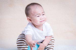 Có nên tập ngồi bô quá sớm cho bé?