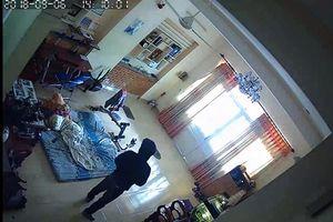 Trộm đột nhập nhà dân, cầm dao đi khắp nhà, đập phá két sắt
