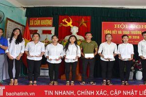 Con em Cẩm Nhượng xa quê góp hàng trăm triệu đồng khuyến học
