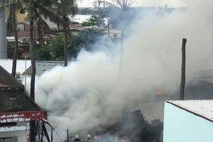 Cháy kinh hoàng ở nhà dân, hàng chục người nỗ lực dập lửa