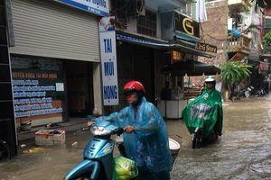 Nhiều tuyến phố Hà Nội chìm trong biển nước sau trận mưa đón không khí lạnh