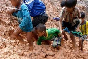 Xót xa cảnh học sinh lội bùn sâu, băng suối đến trường sau lũ