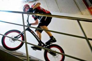 'Nhảy' cùng xe đạp lên nóc nhà chọc trời
